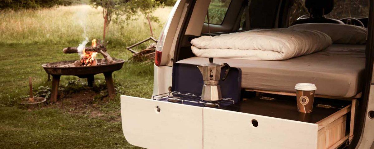 Bei dieser Car Camper Conversion muss man nicht einmal auf einen Kaffe am Lagerfeuer verzichten