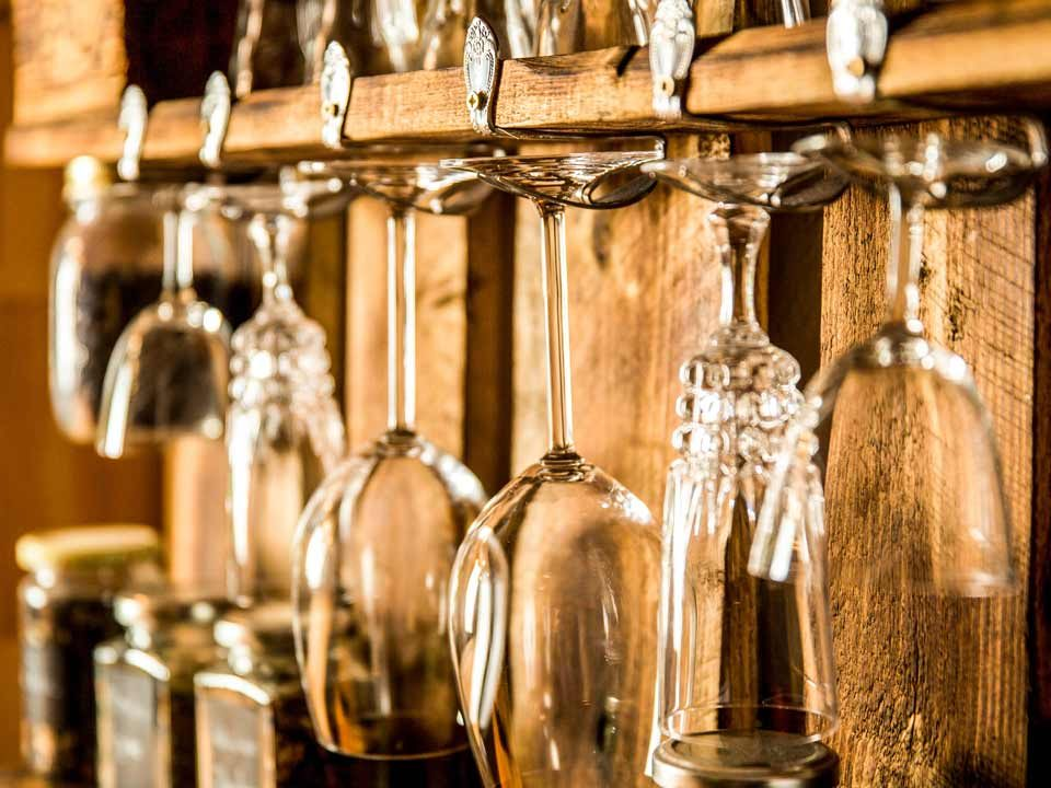 Die Gläser am Palettenregal werden durch schöne, alte Gabeln gehalten
