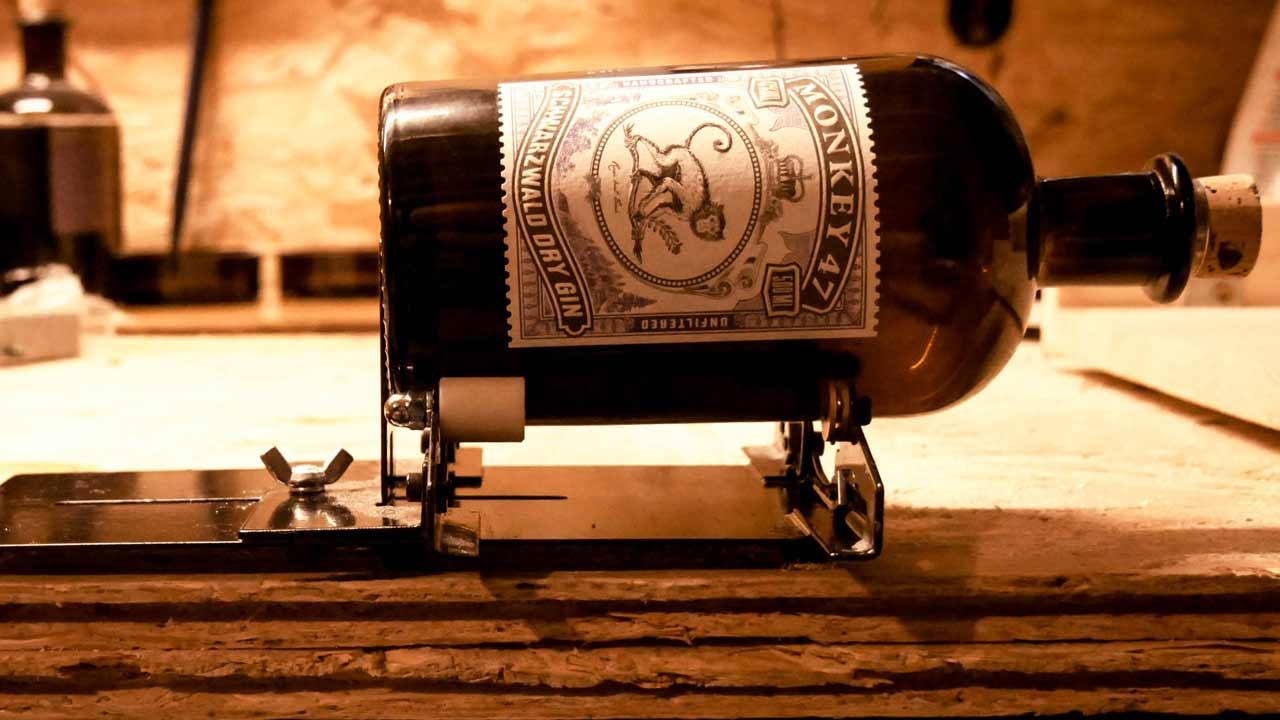 lampe aus treibholz und alten gin flaschen monkey 47. Black Bedroom Furniture Sets. Home Design Ideas