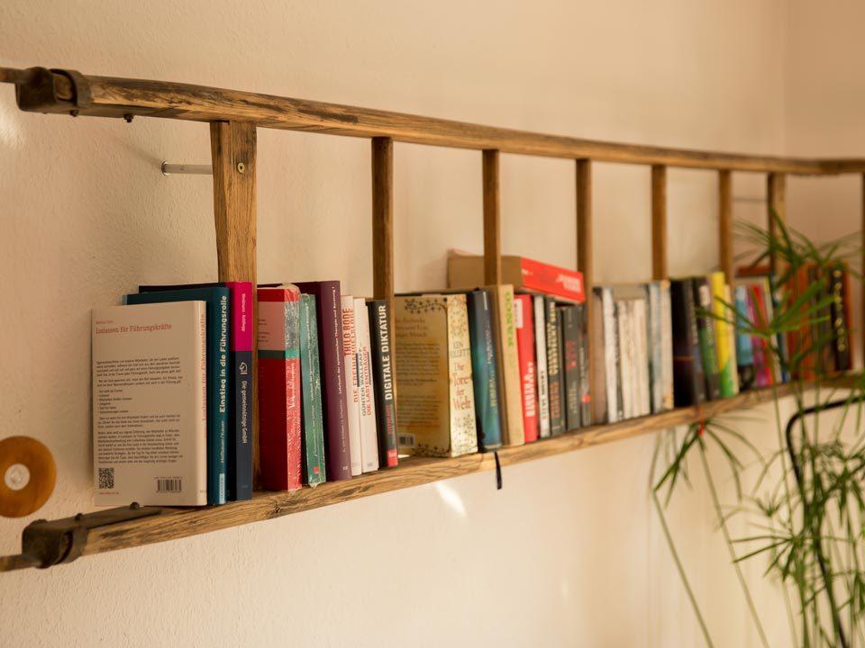 Im Sinne des Upcycling wird eine alte Leiter zu einem neuen Bücherregal umgebaut