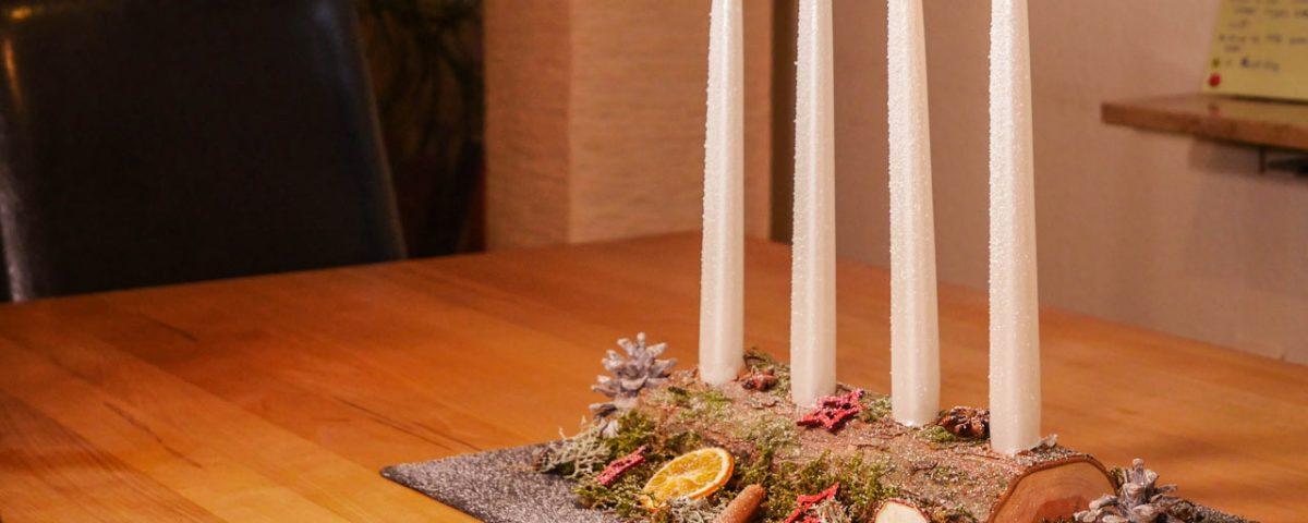 Das selbst gemachte Adventsgesteck wird später auf dem Esstisch positioniert
