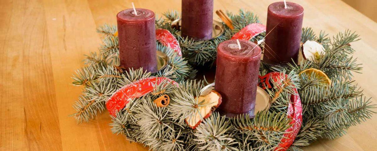 Der selber gemachte Adventskranz wird mit Naturmaterialien dekoriert