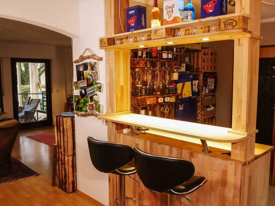 Eine Bar, Theke aus alten Balken, Ikea Schränken, Paletten und LED Lampen selber bauen - Sicht in die Küche