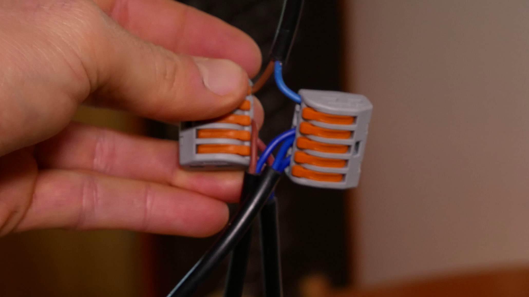 Außenleiter und Neutralleiter müssen richtig in der Wago Klemme angeschlossen sein, um eine Lampe mit mehreren Glühbirnen parallel zu schalten