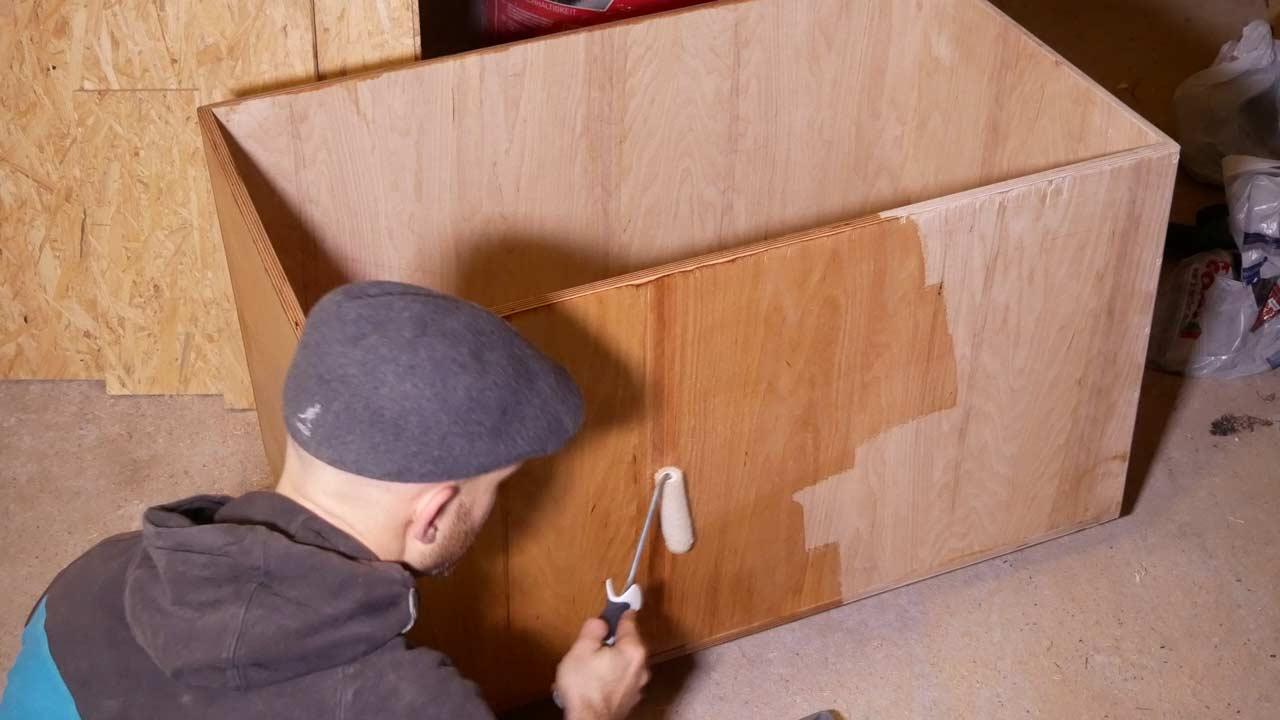 Die selbstgebaute Holzkiste wird mit einem Arbeitsplatten öl eingeölt