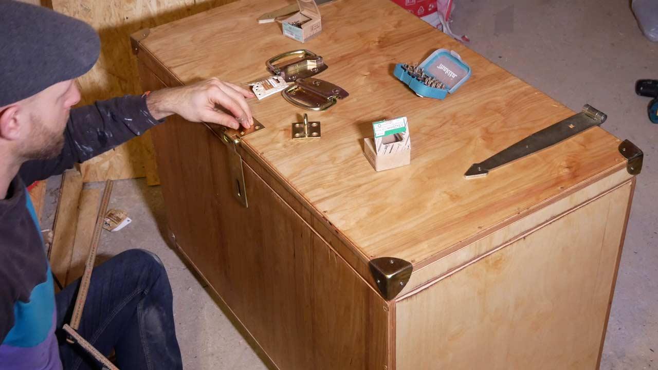 Die fertige Holzkiste wird mit edlen Beschlägen geschmückt