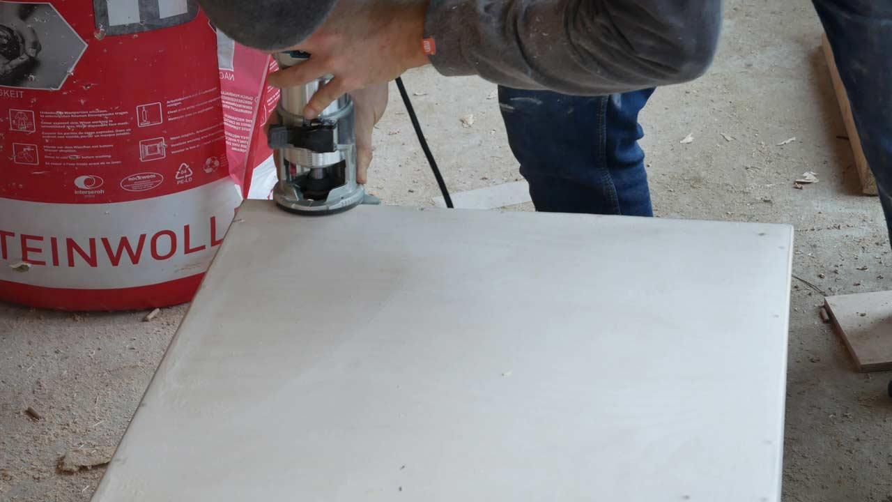 Die Kanter den selbstgebauten Holztruhe werden mit einer Fräse abgerundet und später gut geschliffen