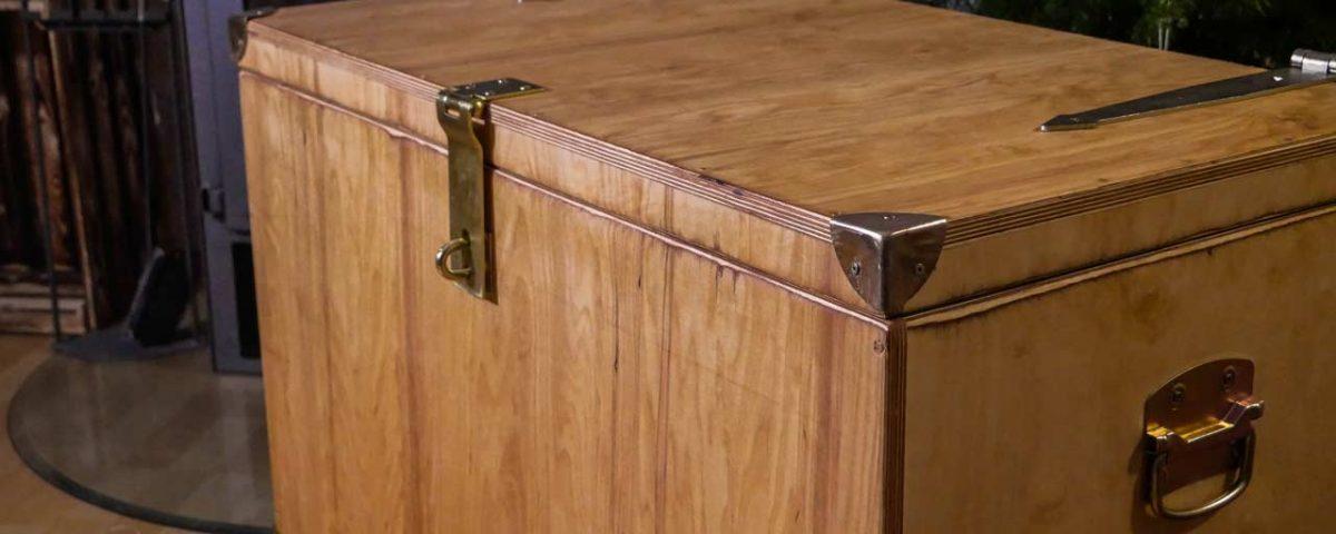 Die fertige Holzkiste dient nicht nur als Stauraum, sondern ist auch ein schönes Möbelstück