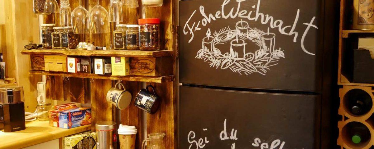 Der mit Tafelfarbe lackiere Kühlschrank lässt sich mit Kreide individuell gestalten