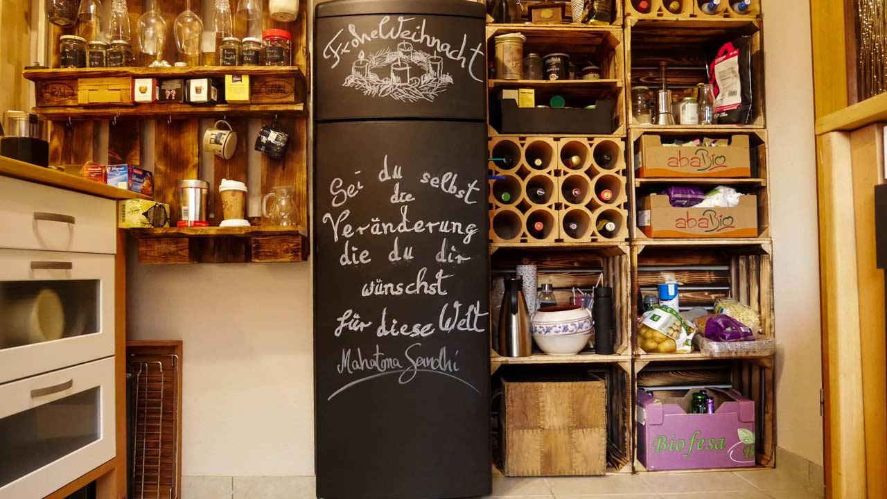 Der mit Tafellack fertig lackierte Kühlschrank passt optisch gut in die rustikale Küche
