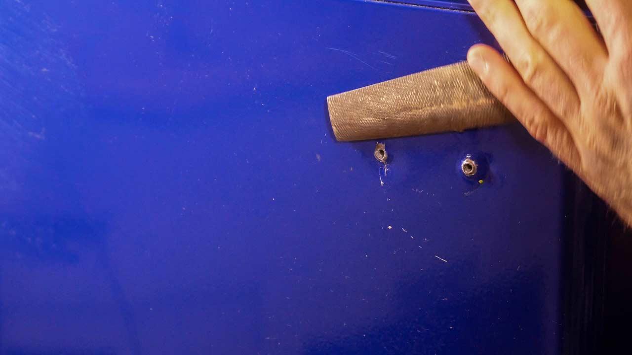 Die Schraublöcher im Kühlschrank müssen erst entgratet werden
