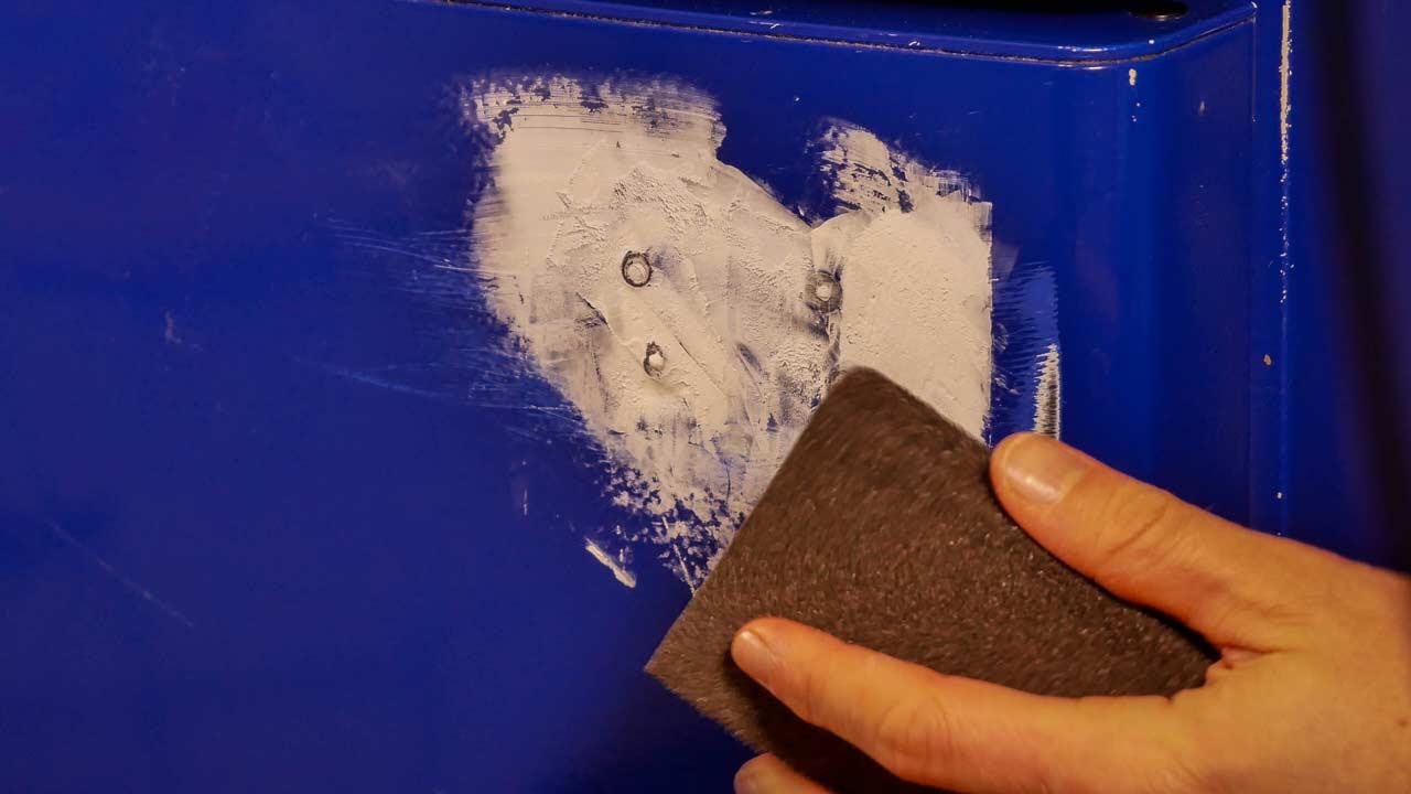 Sobald die Spachtelmasse getrocknet ist, kann diese geschliffen werden