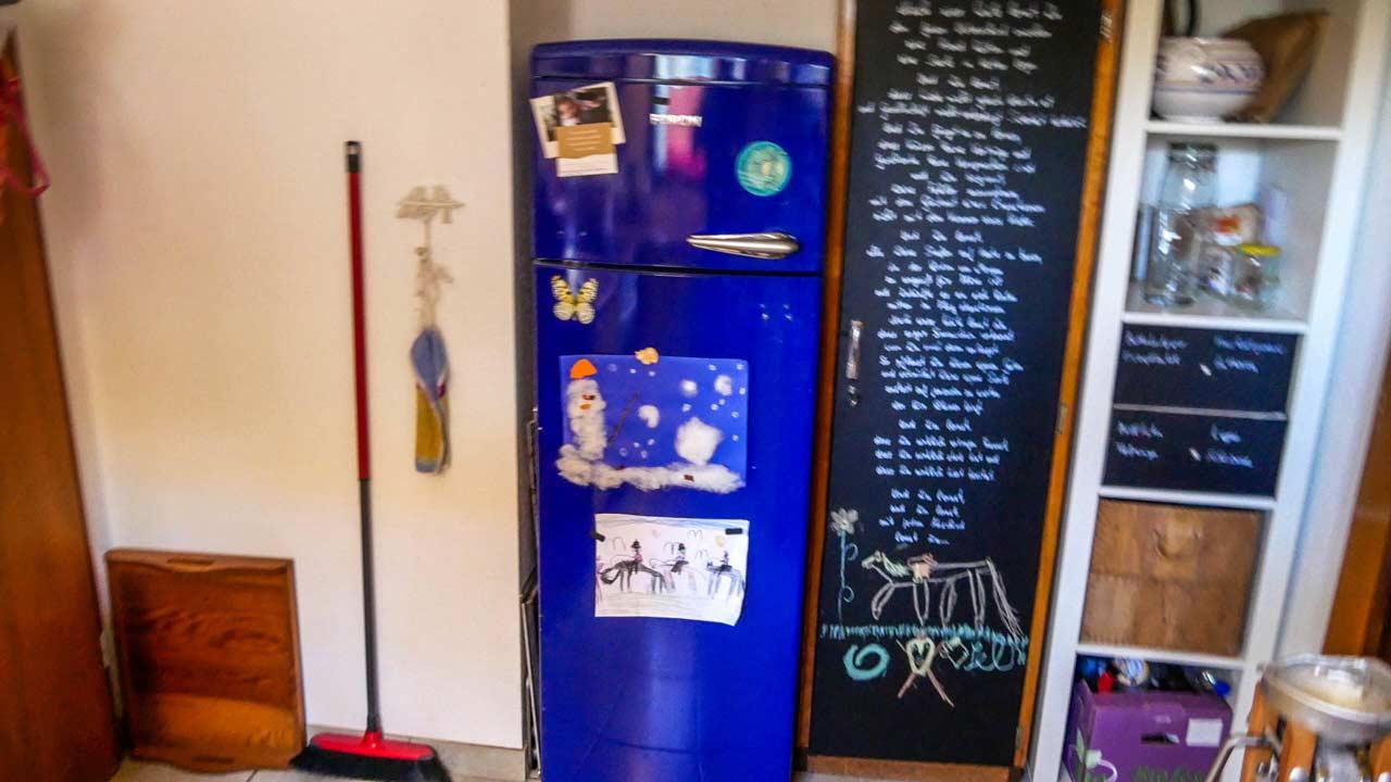 Vor dem lackieren war der Kühlschrank blau, zerkratzt und verbeult