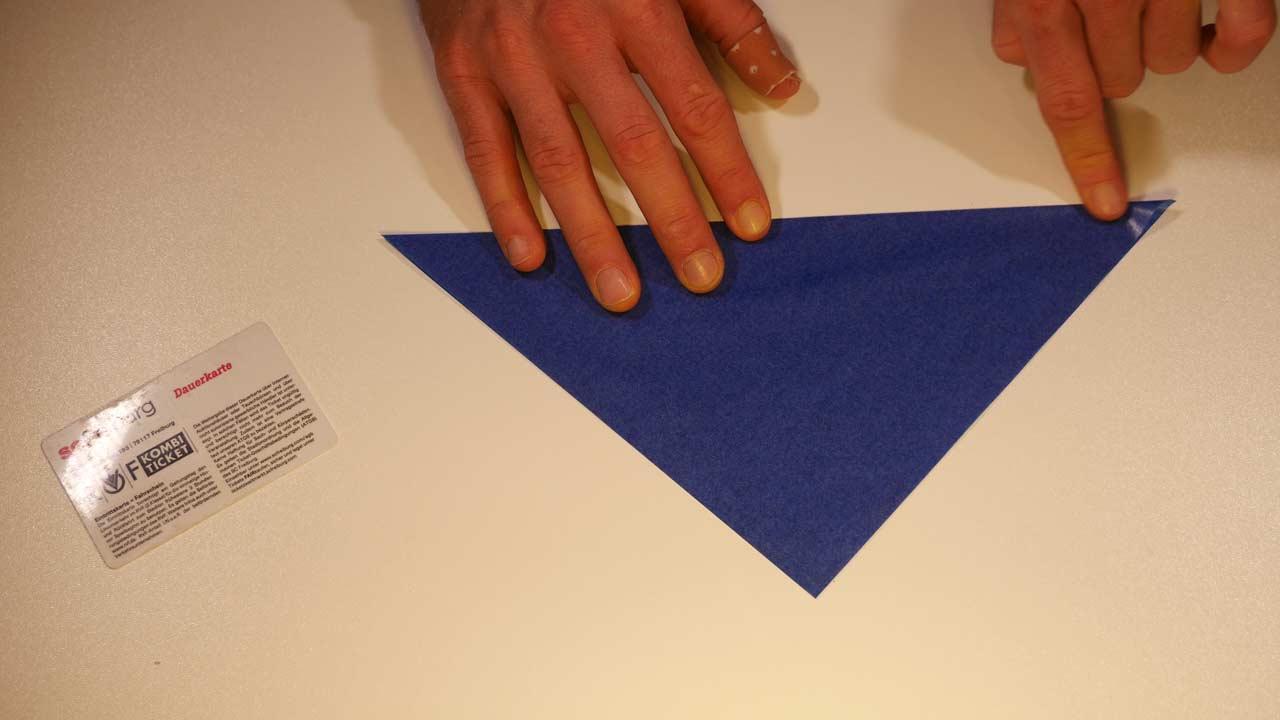 Weihnachtsstern Aus Transparentpapier In Die Mitte Falten