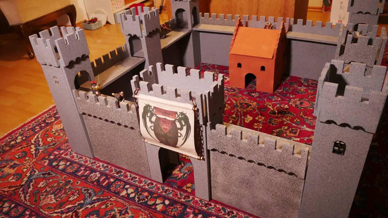 Die fertige selbstgebaute Ritterburg aus Holz lässt sich durch das Magnetsystem ganz einfach auf- und wieder abbauen