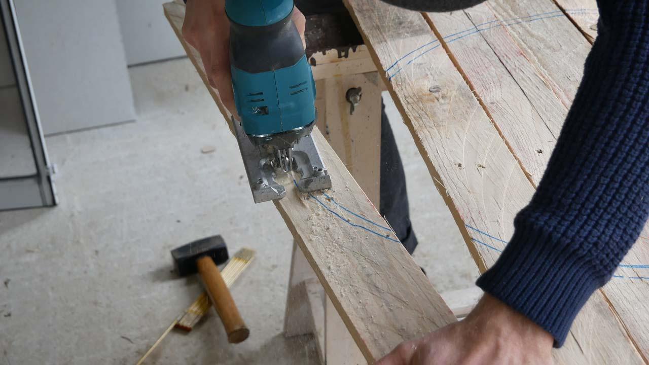 Die Bretter für die Tischplatte werden aus einer alten Palette gesägt