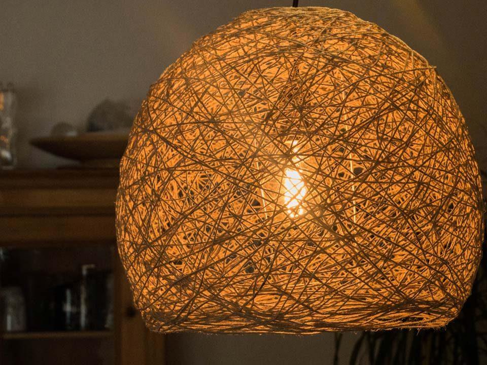 Die fertige, selbst gemachte Fadenlampe gibt einen warmen Lichtton ab