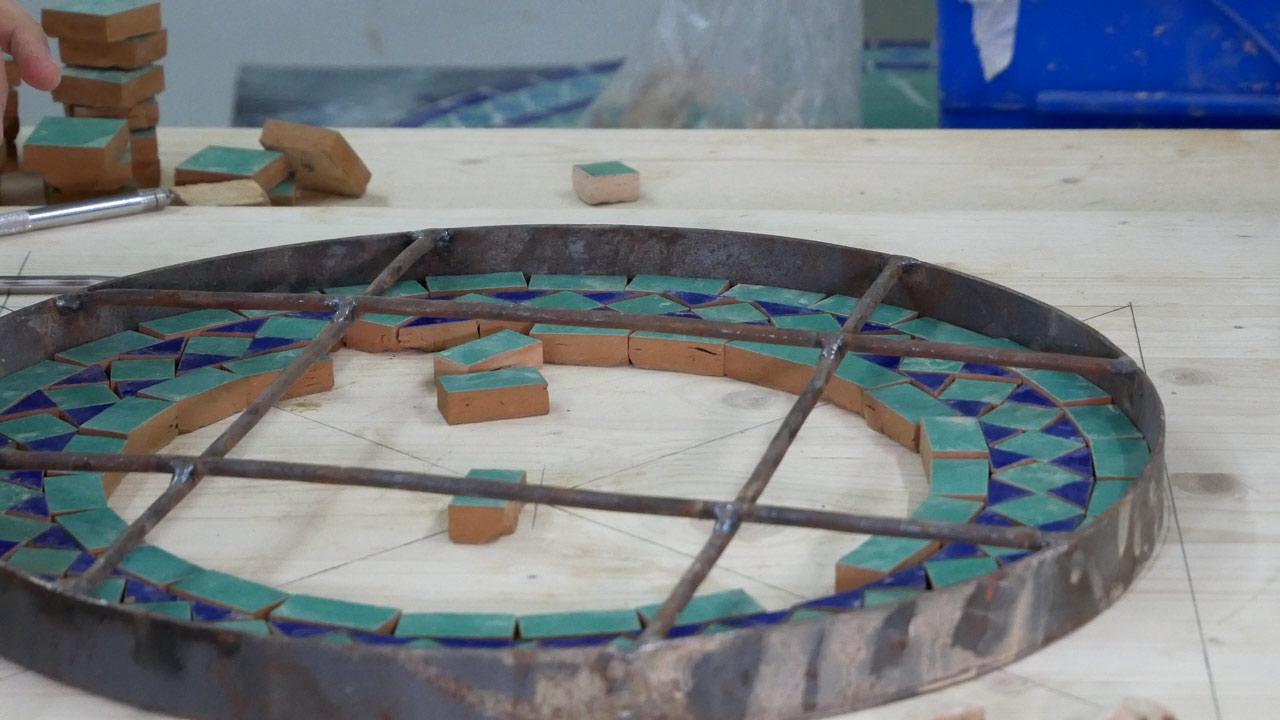 Das Legen des Mosaik beginnt von Außen, nach Innen