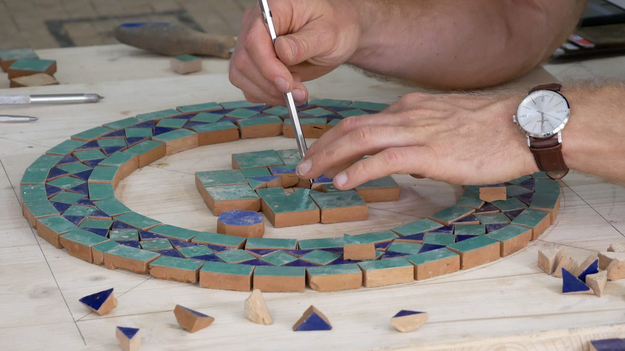 Ein mittig zentriertes Muster wird von Innen nach Außen gelegt