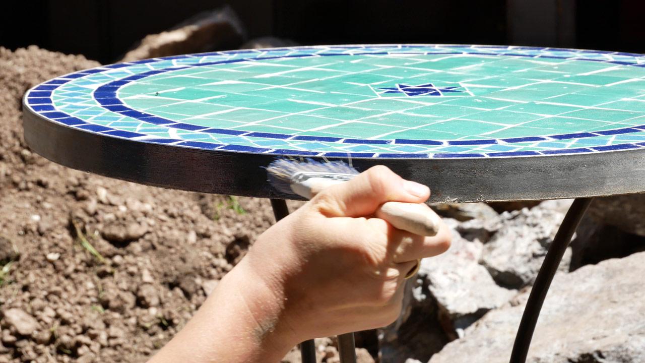 Der Tisch aus Mosaik wird am Ende mit Klarlack gegen Nässe und Frost geschützt