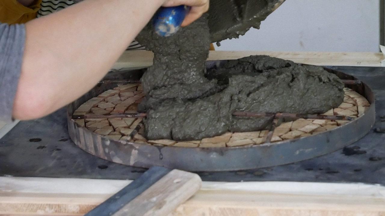 Bevor der Zement auf den Fliesen verteilt wird, sollten diese gut angefeuchtet werden