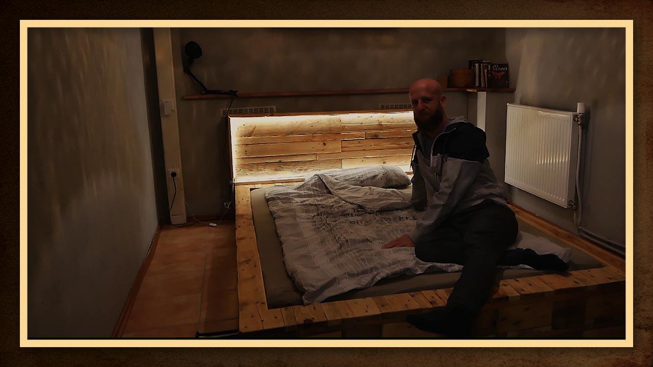 Das Palettenbett bietet durch den breiten Rand viele Möglichkeiten, um sein Buch oder seine Tasse abzusellen
