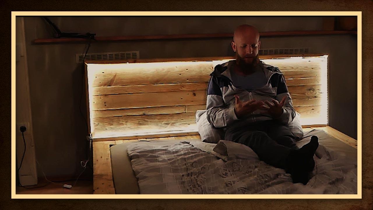 Durch das eingebaute Licht im Kopfteil des Bettes entsteht ein perfektes Leselicht