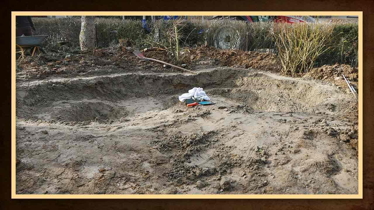 Der Teich wird mit Sand ausgekleidet