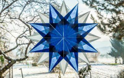 Weihnachtsstern aus Transparentpapier basteln, blau